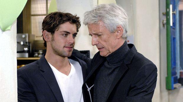 Jonas (Roy Peter Link, l.) akzeptiert, dass sein Vater (Mathieu Carrière, r.)...