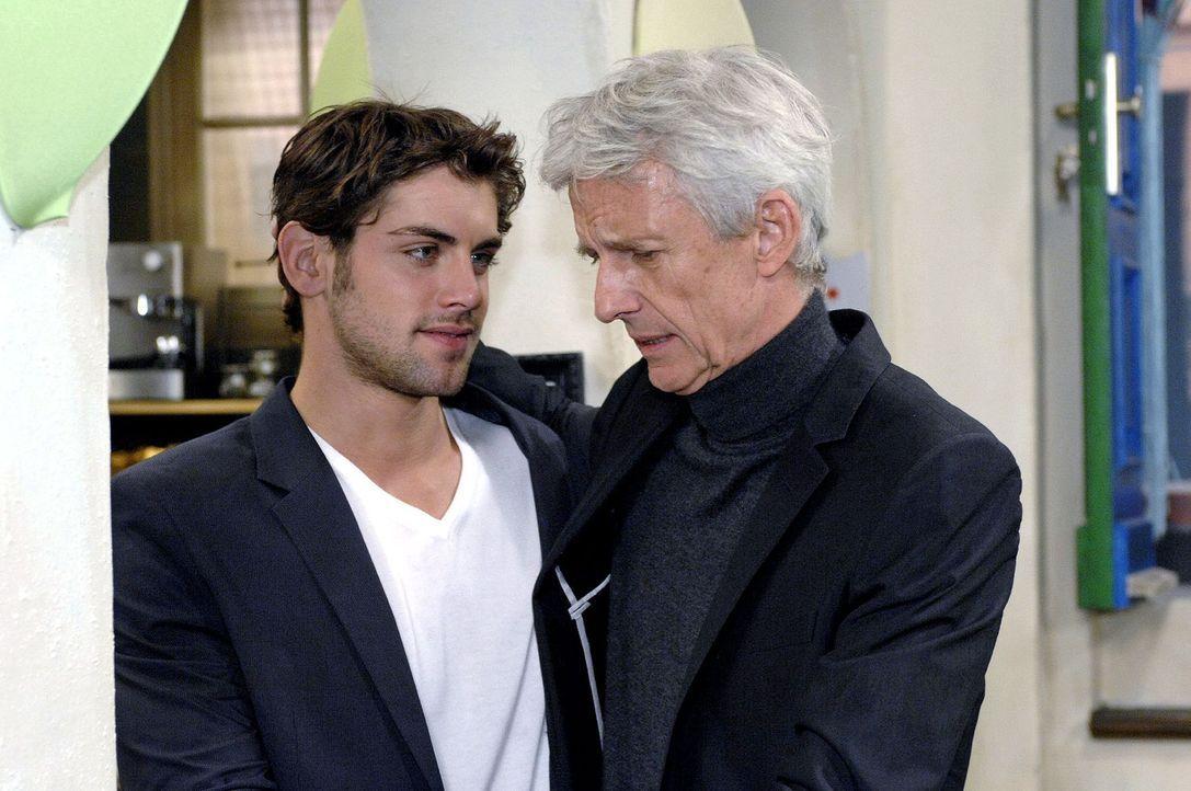Jonas (Roy Peter Link, l.) akzeptiert, dass sein Vater (Mathieu Carrière, r.) reinen Tisch gemacht hat und nun seine Zukunft mit Maja plant. - Bildquelle: Oliver Ziebe Sat.1