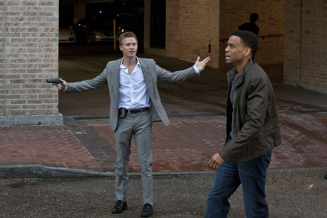 Ein neuer Fall, setzt Travis (Michael Ealy, r.) und Wes (Warren Kole, l.) unter Druck ... - Bildquelle: 2012 USA Network Media, LLC