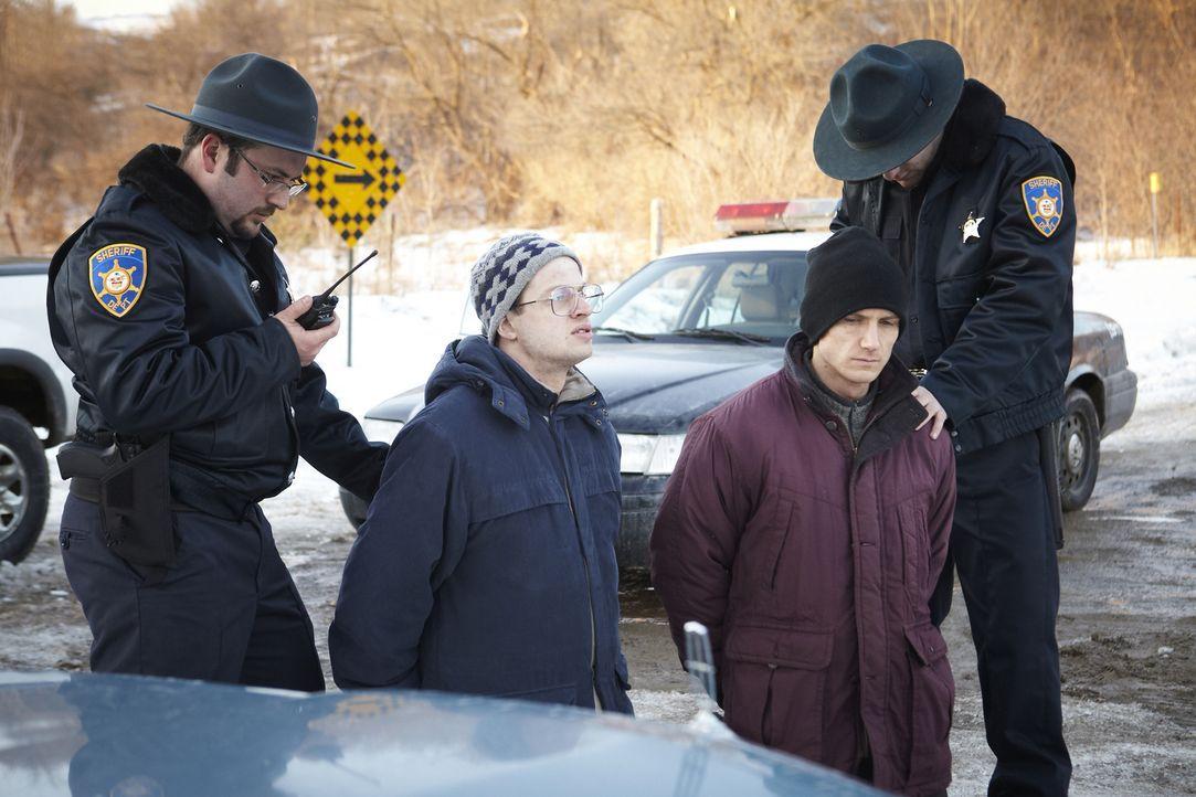 Diese beiden Einbrecher zerstören das Leben von Linae und deren Schwester ... - Bildquelle: Ian Watson Cineflix 2014