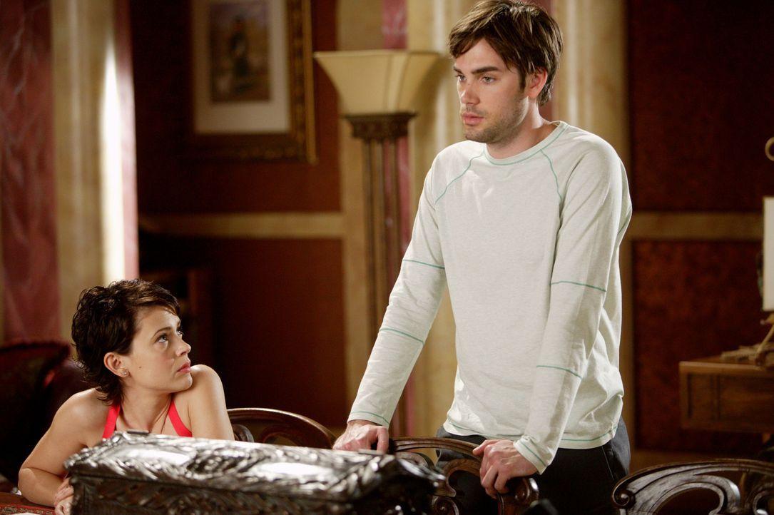 Gerade noch rechtzeitig kann Chris (Drew Fuller, r.) Phoebe (Alyssa Milano, l.) aus den Klauen des Wächters der Finsternis befreien, der gerade den... - Bildquelle: Paramount Pictures.