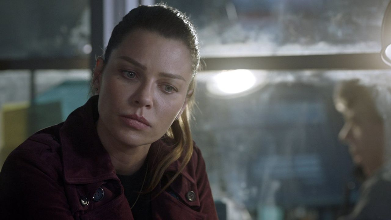 Wird Chloe (Lauren German) endlich erfahren, mit welchen Wesen sie es die ganze Zeit tatsächlich zu tun hat? - Bildquelle: 2016 Warner Brothers