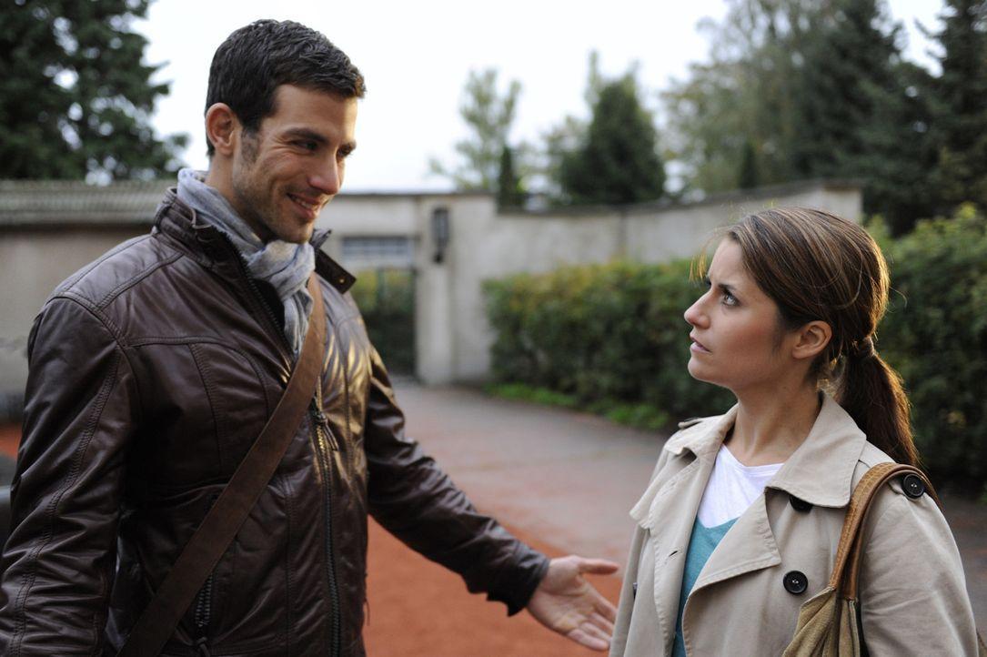 Bea (Vanessa Jung, r.) weiß nicht mehr weiter: Soll sie auf Michaels (Andreas Jancke, l.) Erpressung eingehen oder wie geplant die Schule verlassen... - Bildquelle: SAT.1