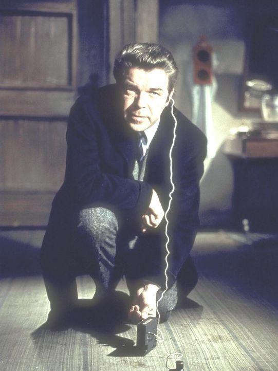 Humphrey Connery (Heinz Drache) macht eine interessante Entdeckung ... - Bildquelle: Constantin Film