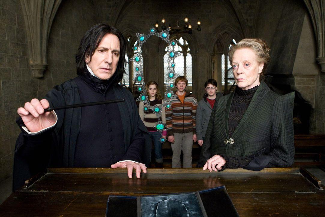 Haben alle Hände voll zu tun, um Unheil von Hogwarts abzuhalten: die Professoren Minerva McGonagall (Maggie Smith, r.) und Severus Snape (Alan Rick... - Bildquelle: Warner Brothers