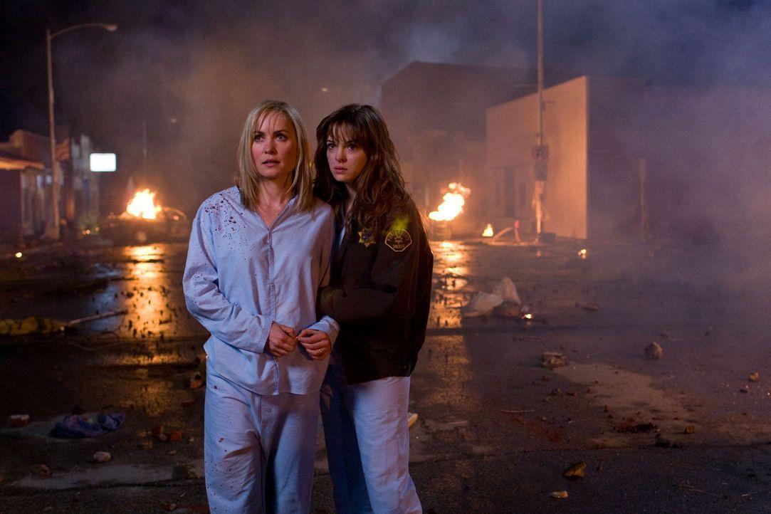 Im Visier blutrünstiger Bestien: Judy (Radha Mitchell, l.) und Becca (Danielle Panabaker, r.) ... - Bildquelle: Saeed Adyani 2010, Overture Films, Participant media, Imagenation Abu Dhabi