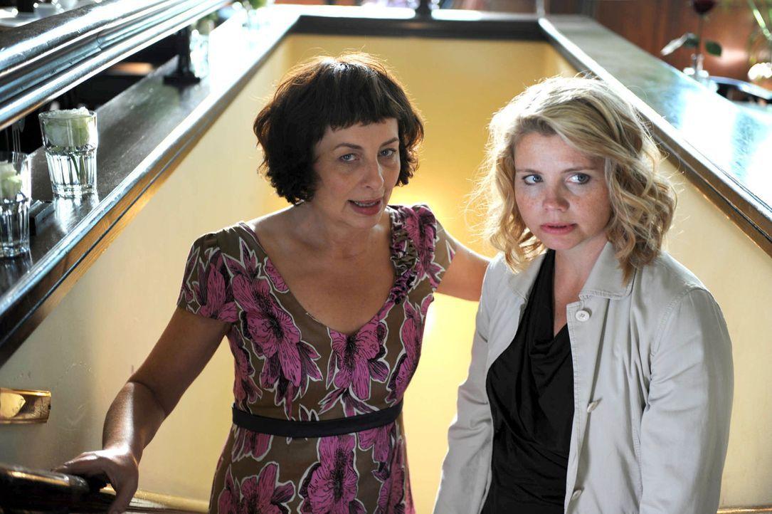 Eines Tages steht Evas (Annette Frier, r.)  Mutter Maggie (Teresa Harder, l.) unvermutet vor der Haustür, nicht nur, um bei ihr einzuziehen, sondern... - Bildquelle: Kerstin Stelter Sat.1