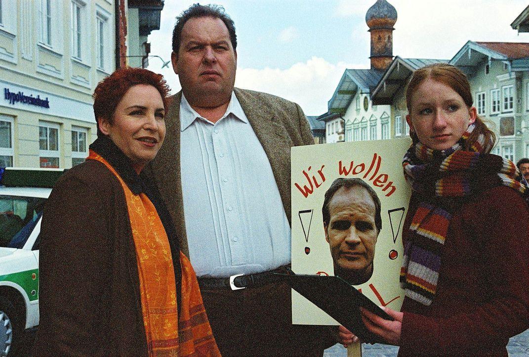 Einige Schüler demonstrieren vor dem Kommissariat für ihren Lehrer und werden dabei von Benno (Ottfried Fischer, M.) und Sabrina (Katerina Jacob, l.... - Bildquelle: Aki Pfeiffer Sat.1