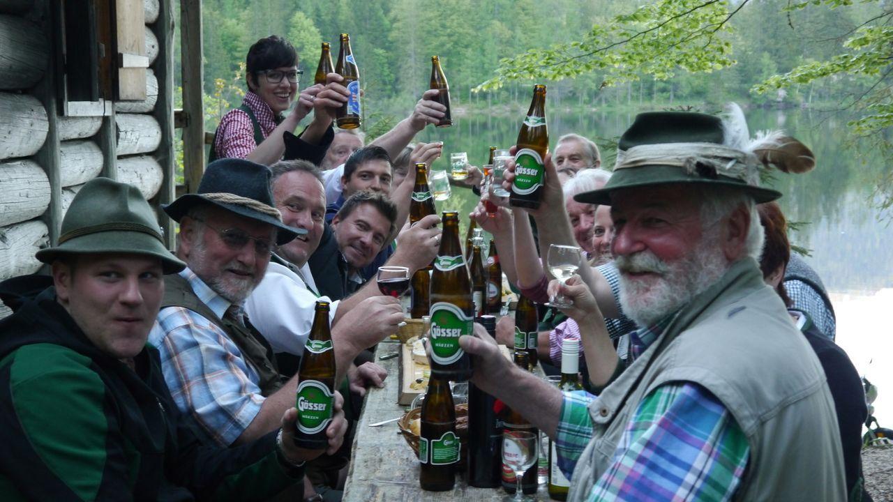 Zirben-Schnaps, ein Bier-Spa und eine alpine Hausparty - Jack Maxwell (5.v.l.) bekommt einen Geschmack für die österreichische Geselligkeit und hoch... - Bildquelle: 2014, The Travel Channel, L.L.C. All Rights Reserved.