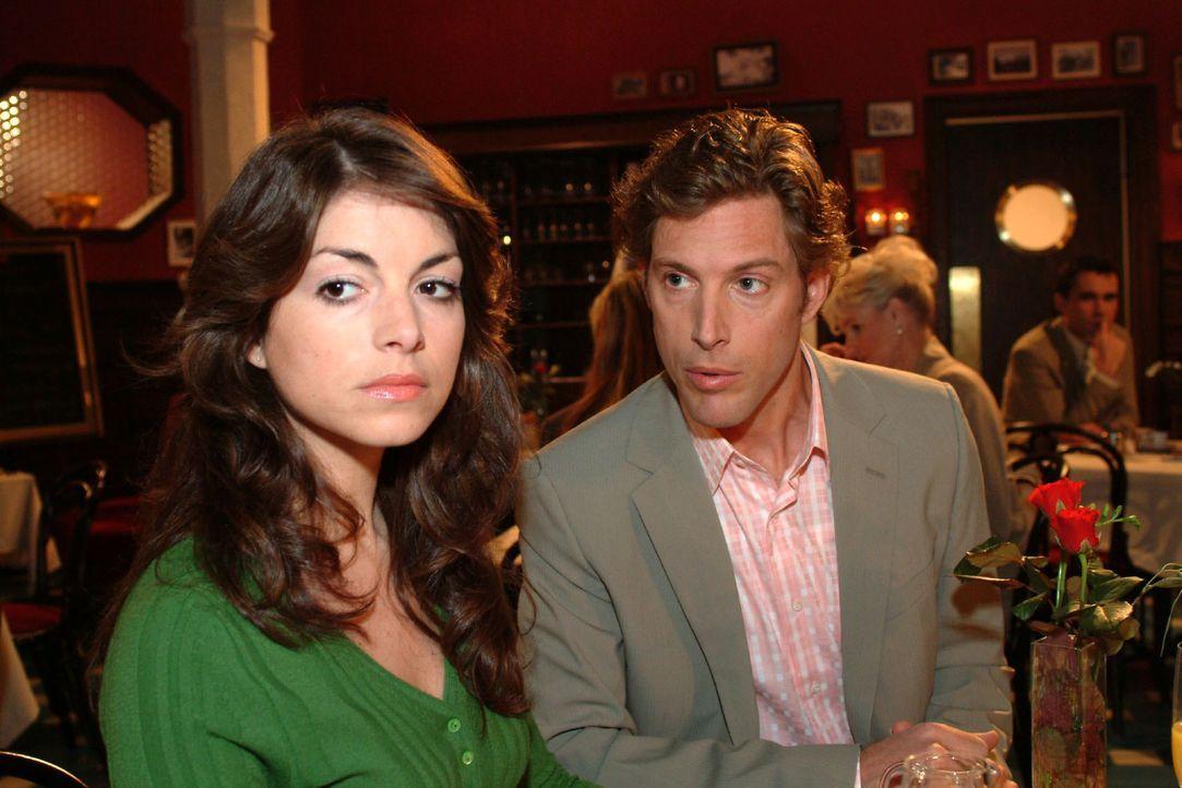 Beim Treffen mit Lars (Clayton M. Nemrow, r.) wird Mariella (Bianca Hein, l.) klar, dass sie sich entscheiden muss. - Bildquelle: Monika Schürle Sat.1