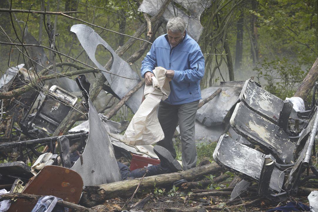 Rettungskräfte decken die Leichen der Opfer ab, die beim Absturz des polnischen Luftwaffe-Jets getötet wurden. In der Maschine befanden sich der pol... - Bildquelle: Ian Watson Cineflix 2012