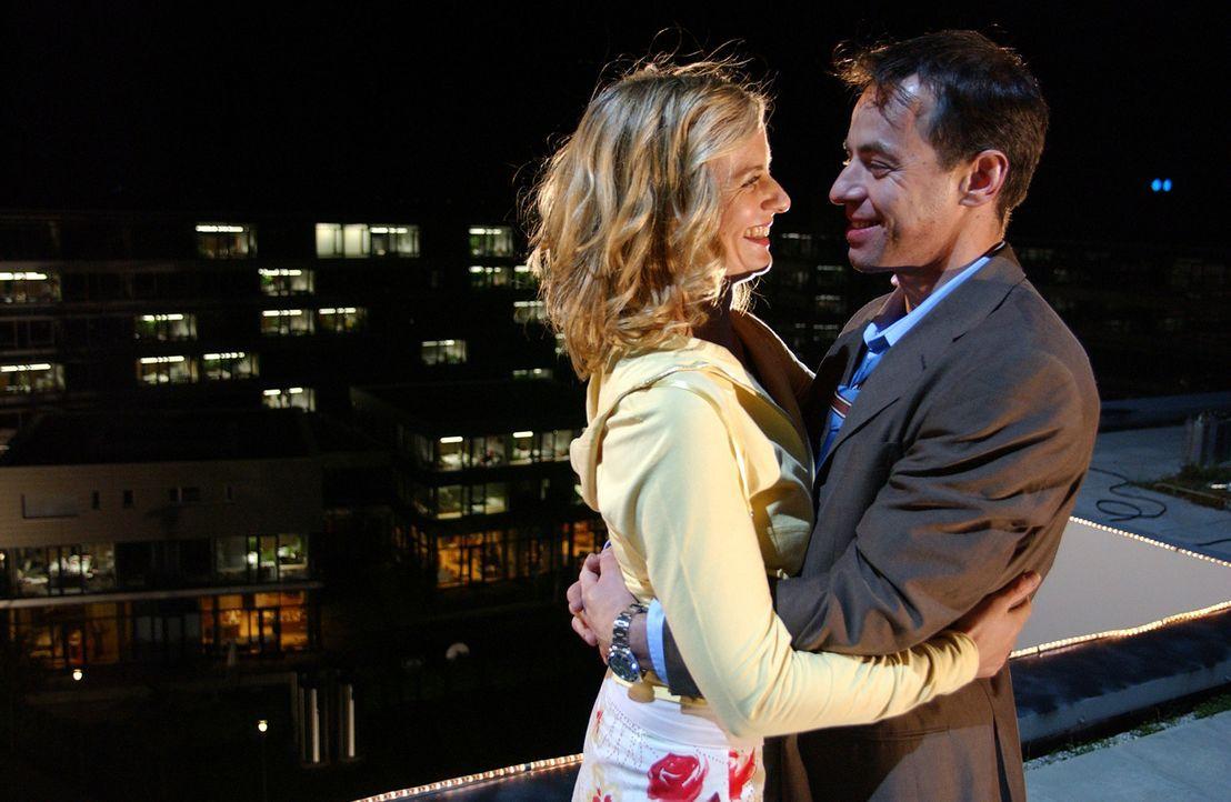 Endlich erkennen Julie (Gunda Ebert, l.) und Tom (Felix Eitner, r.), dass sie für alle Zeiten füreinander bestimmt sind ... - Bildquelle: Elke Werner ProSieben