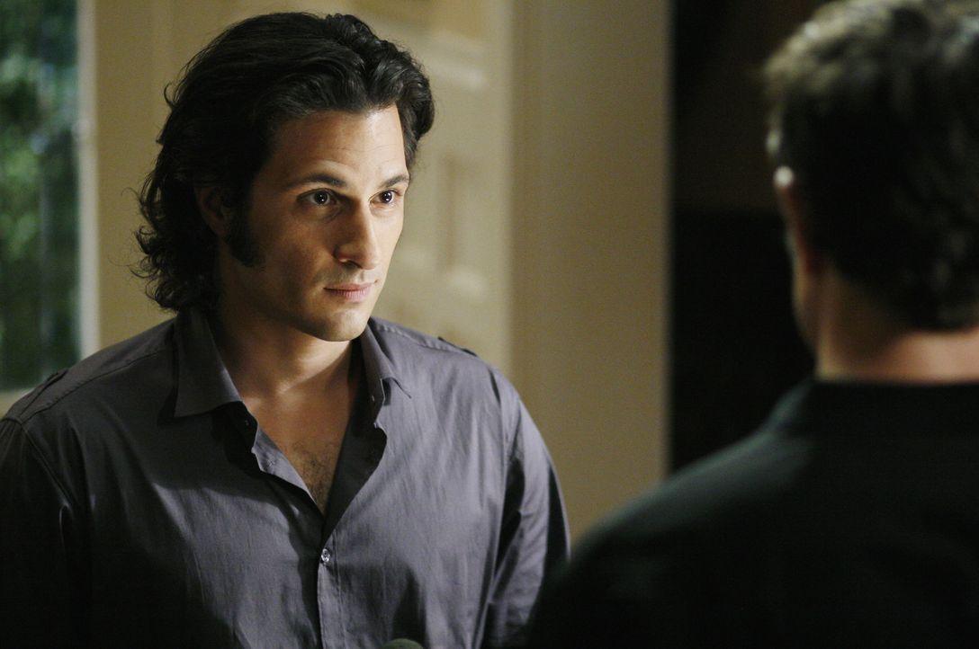Kyle (Matt Dallas, r.) erfährt von Cassidy (Hal Ozsan, l.), dass Latnok das Experiment von Adam Baylin weiterführen will. Mit allen Mitteln versuc... - Bildquelle: TOUCHSTONE TELEVISION