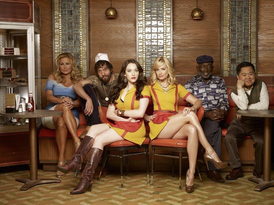 (5. Staffel) - Bei ihnen ist immer was los: Max (Kat Dennings, 3.v.l.) und Caroline (Beth Behrs, 3.v.r.) mit Sophie (Jennifer Coolidge, l.), Oleg (J... - Bildquelle: Warner Brothers