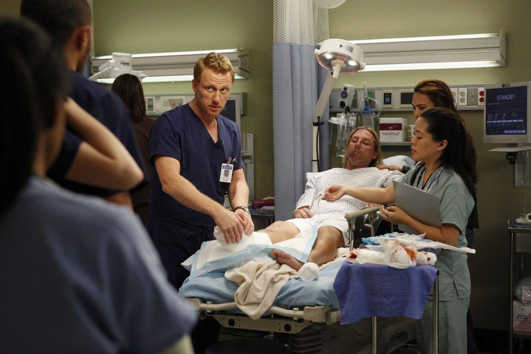 Cristina und Owen (Kevin McKidd, l.) sind nach wie vor unentschlossen bezüglich ihrer anstehenden Scheidung, während Bailey um Adeles Leben kämpft .... - Bildquelle: ABC Studios