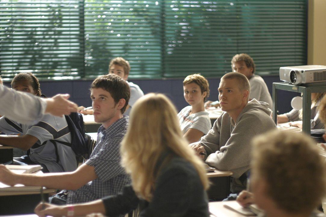 Lucas (Chad Michael Murray, M.r.) und Nathan (James Lafferty, M.l.) sind nicht immer bei der Sache. Private Probleme halten die beiden Halbbrüder i... - Bildquelle: Warner Bros. Pictures