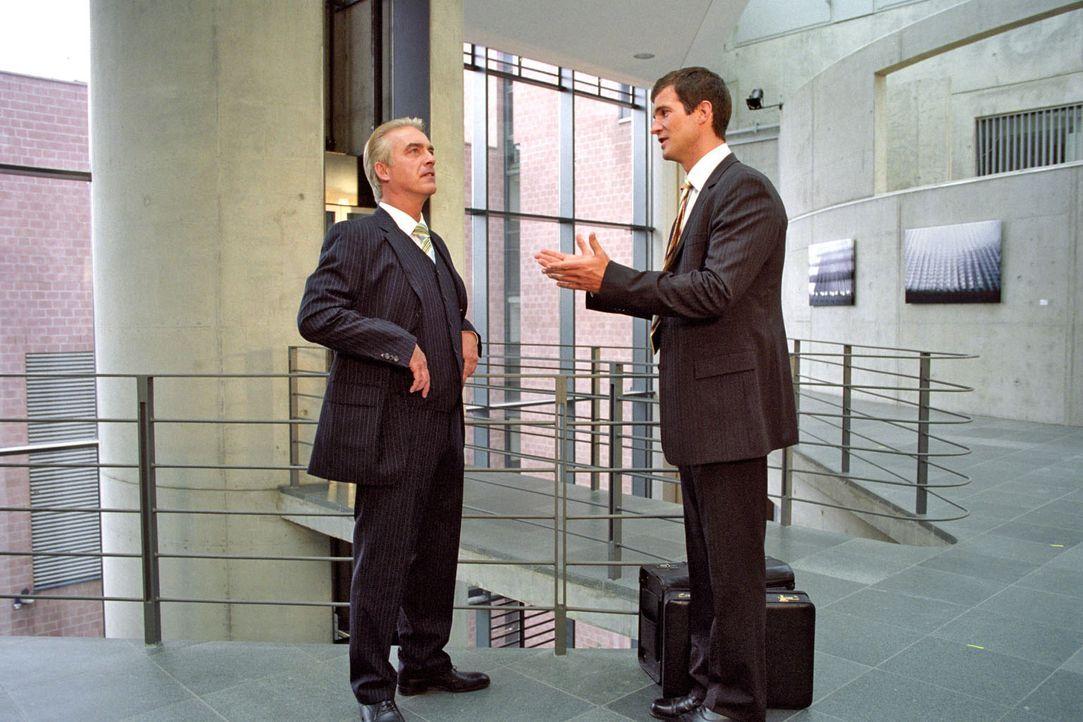 Johannes Waller (Christoph M. Ohrt, l.) ist seinem Lebenstraum ganz nah: Staatssekretär Ulf Herold (Simon Böer, r.) eröffnet ihm, dass er der nächst... - Bildquelle: Hardy Spitz Sat.1