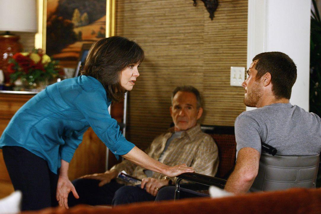 Versuchen Justin (Dave Annable, r.) zu überzeugen, wie vom Arzt empfohlen sein verletztes Bein zu schonen: Nora (Sally Field, l.) und Saul (Ron Rifk... - Bildquelle: Disney - ABC International Television