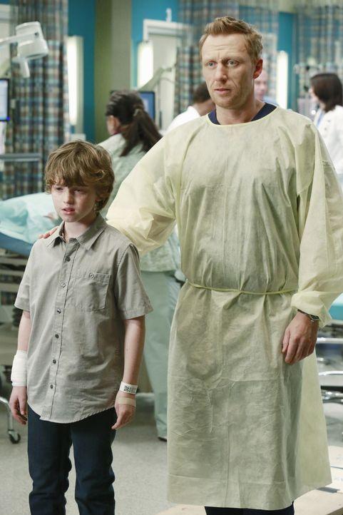 Owen (Kevin McKidd, r.) sorgt sich um die Eltern von Ethan (Kyle Silverstein, r.). Sie sind schwer verletzt und kämpfen ums Überleben ... - Bildquelle: ABC Studios
