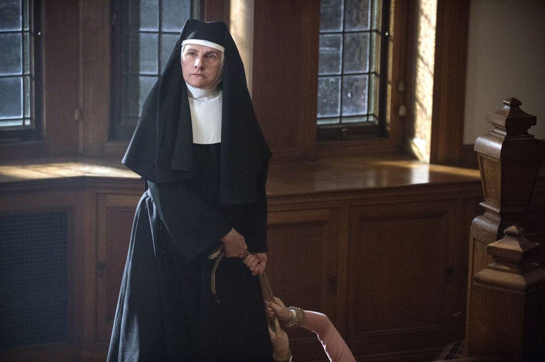 Weiß die Mutter Oberin (Marilyn Norry) mehr über die seltsamen Vorkommnisse im Kloster? - Bildquelle: 2013 Warner Brothers
