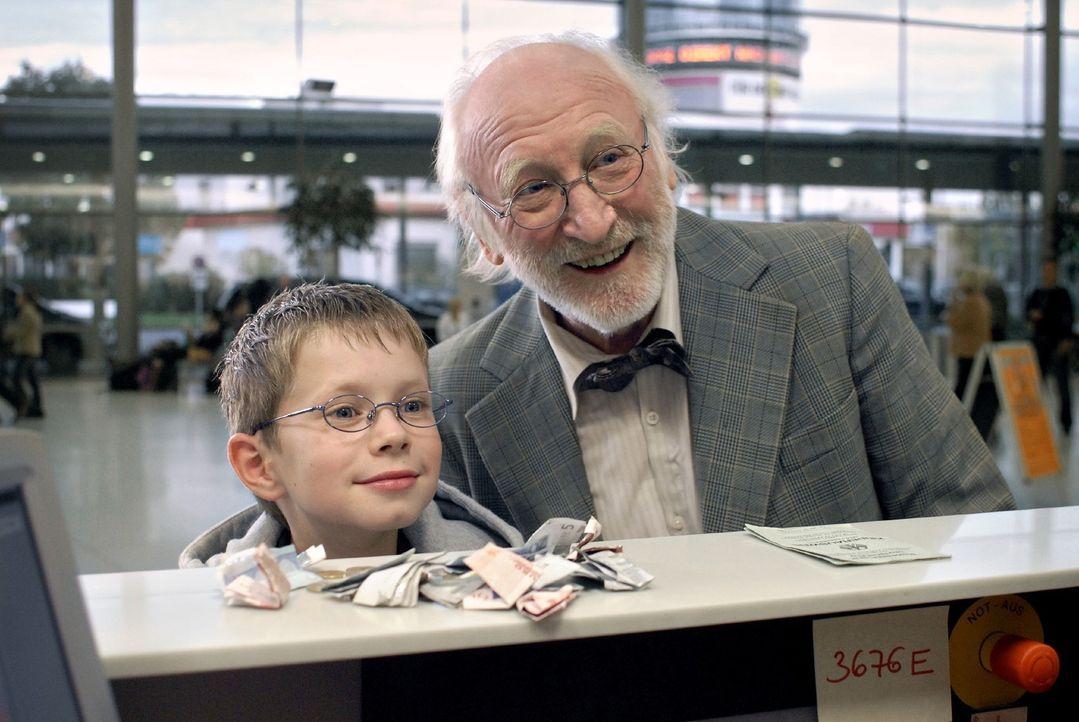 Ohne seinen Opa (Karl Merkatz, r.) kann Tim (Lukas Schust, l.) nicht die Flugreise zu seinem vermeintlichen Vater antreten ... - Bildquelle: Sat.1