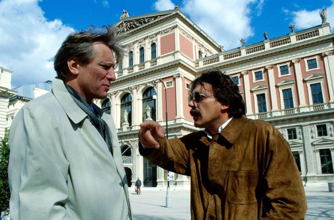 Günther Stein (Helmut Berger, r.) hat eine Auseinandersetzung mit Dr. Robert König (Florentin Groll, l.). Kurz danach wird Königs Tochter entführt .... - Bildquelle: Ali Schafler Sat.1