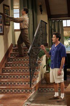 Two and a Half Men - Charlie (Charlie Sheen, r.) kann nicht fassen, dass Alan...