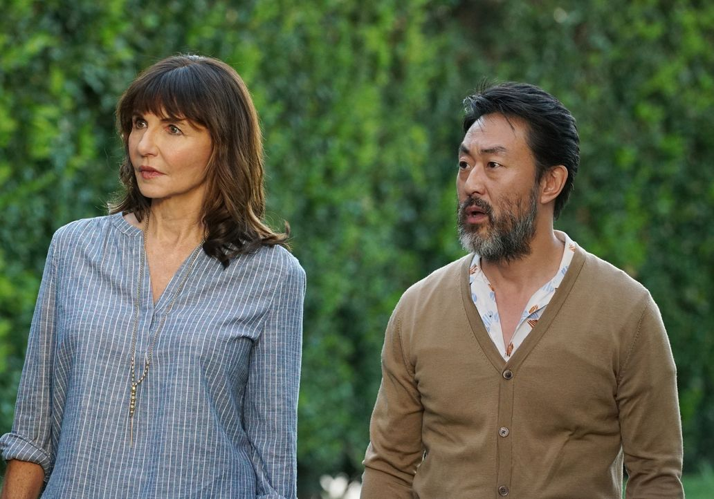 Was werden Gail (Mary Steenburgen, l.) und ihre Freunde sagen, als Lewis (Kenneth Choi, r.) ihnen versucht klarzumachen, dass sie endlich aus Malibu... - Bildquelle: Kevin Estrada 2016 Fox and its related entities. All rights reserved.