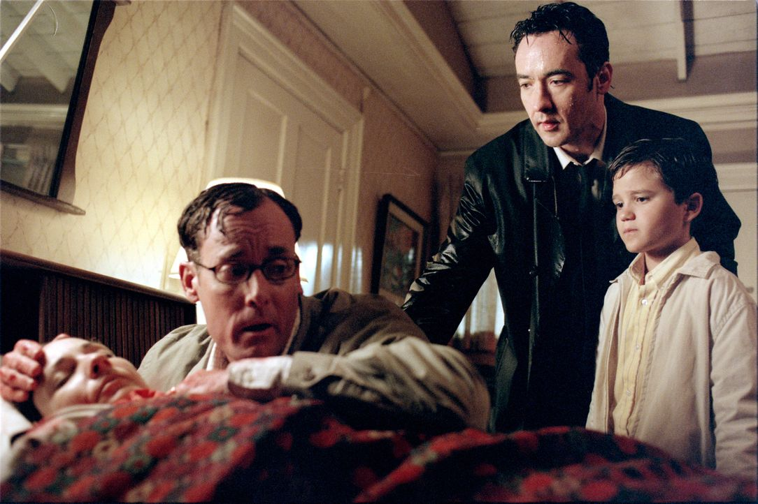 George (John C. McGinley, 2.v.l.), Ed (John Cusack, 2.v.r.) und Timmy (Bret Loehr, r.) machen sich große Sorgen um Alice (Leila Kenzle, l.), die aus... - Bildquelle: 2003 Sony Pictures Television International. All Rights Reserved.