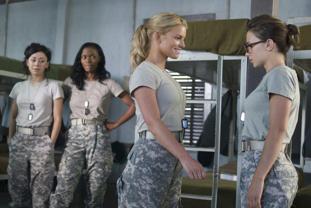 Die Kadetten Castillo (Aimee Garcia, l.) und Johnson (Jill Marie Jones, 2.v.l.) sind überrascht, dass Megan Valentine (Jessica Simpson, 2.v.r.) ihr... - Bildquelle: 2007 MAJOR PRODUCTIONS, INC.