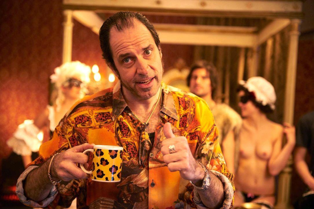Weiß ganz genau, was seine Kunden wollen: Pornofilmregisseur Volker (Helmfried von Lüttichau) ... - Bildquelle: Walter Wehner SAT.1