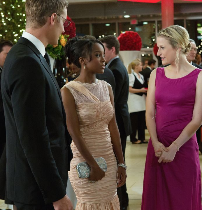 Auch bei der großen Spendengala ist der Konkurrenzkampf zwischen Emily (Mamie Gummer, r.) und Cassandra (Aja Naomi King, M.) nicht zu übersehen. Auc... - Bildquelle: 2012 The CW Network, LLC. All rights reserved.