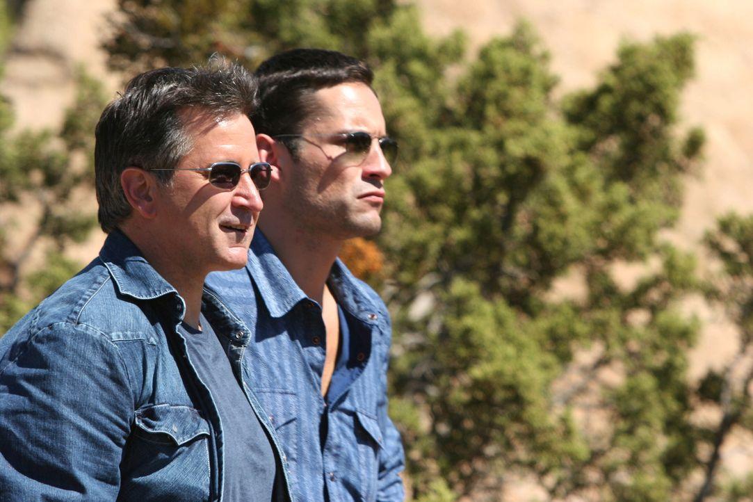 Nachdem James Costa entführt wurde, werden Danny (Enrique Murciano, r.) und Jack (Anthony LaPaglia, l.) nach Mexiko geschickt um den Fall zu lösen .... - Bildquelle: Warner Bros. Entertainment Inc.