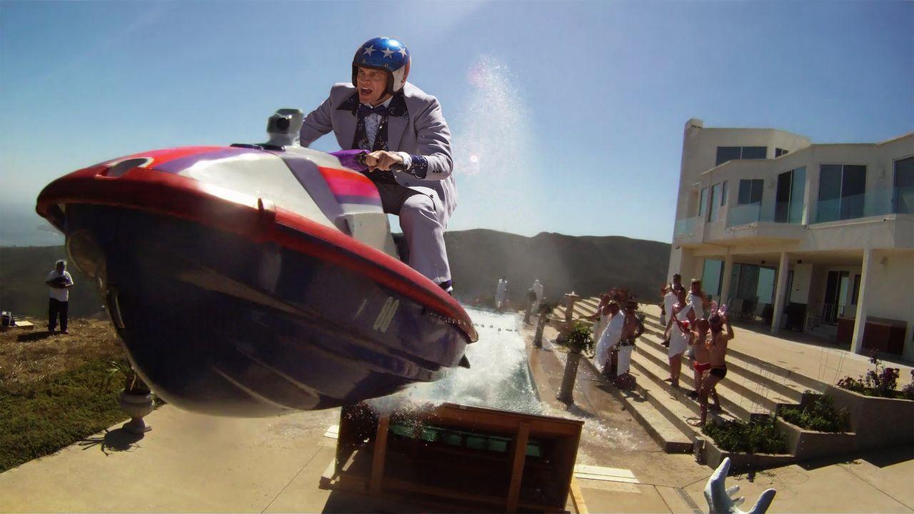 Mit einem Jet-Ski will Johnny Knoxville hoch hinaus. Wird er die Landung heil überstehen? - Bildquelle: 2010 PARAMOUNT PICTURES. ALL RIGHTS RESERVED.