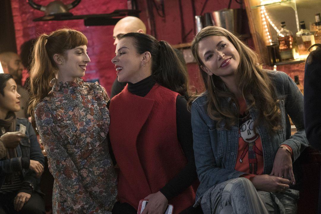 Haben viel Spaß zusammen: Lauren (Molly Bernard, l.), Maggie (Debi Mazar, M.) und Liza (Sutton Foster, r.) ... - Bildquelle: Hudson Street Productions Inc 2016