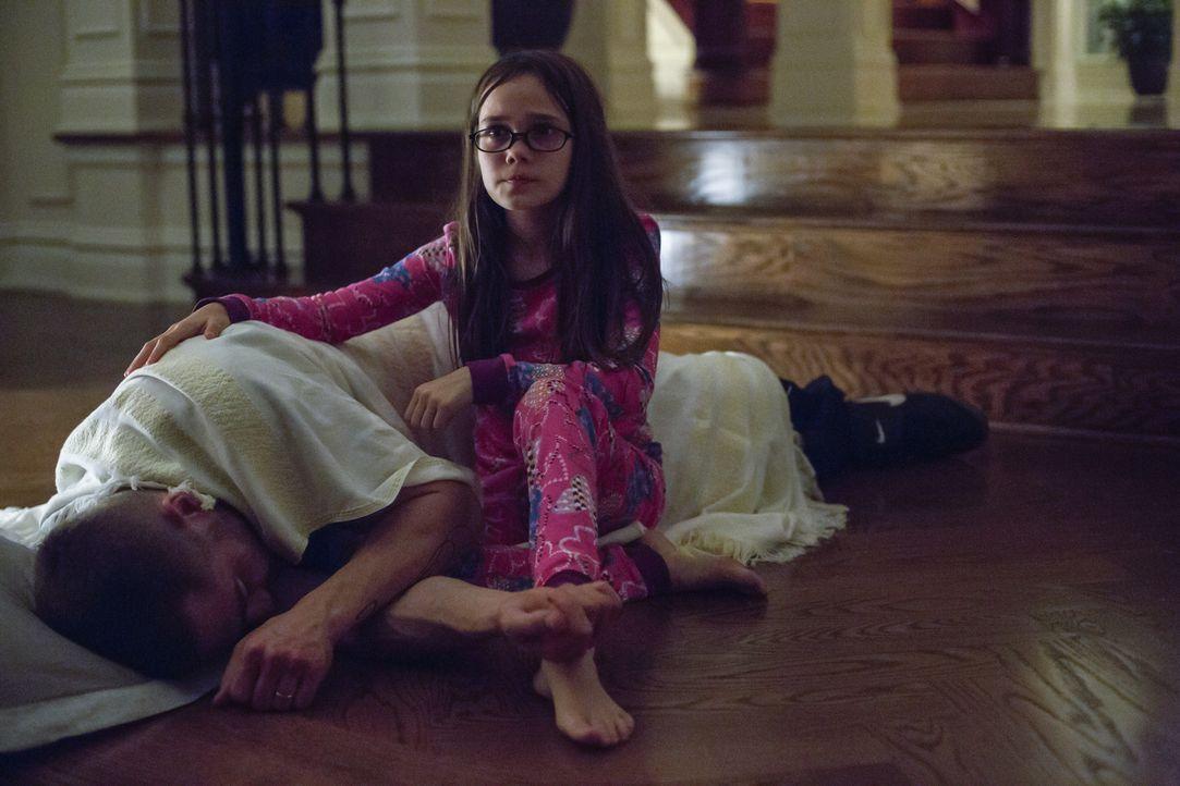 Wie lange kann und will Leila (Oona Laurence, r.) ihrem gebrochenen Vater Billy (Jake Gyllenhaal, l.) noch zur Seite stehen? - Bildquelle: Scott Garfield Tobis Film/   2014 The Weinstein Company. All Rights reserved.