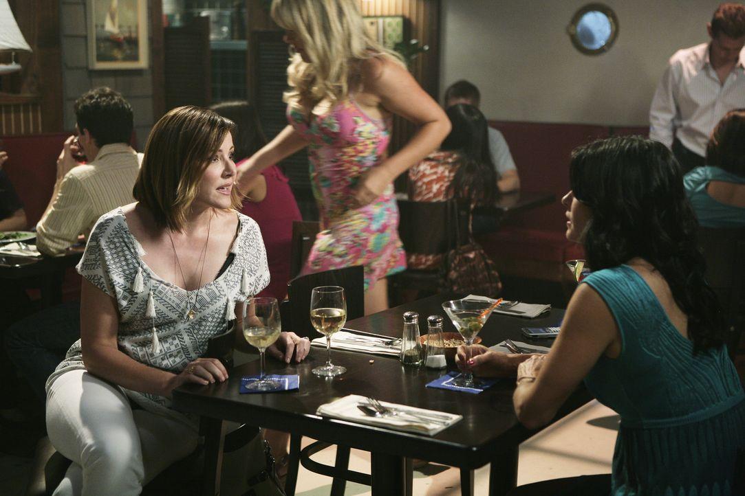 Holen die wilden Jahre nach: Jules (Courteney Cox, r.) und Ellie (Christa Miller, l.) ... - Bildquelle: 2009 ABC INC.