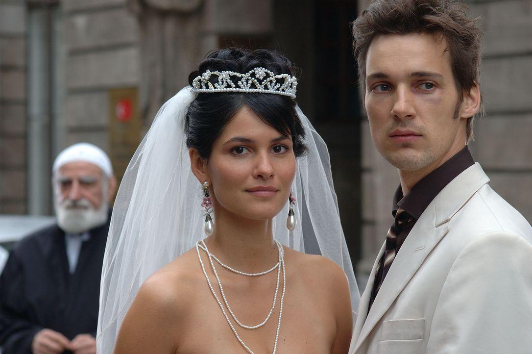 Wird die attraktive und selbstbewusste Türkin Aylin (Mandala Tayde, l.) ihren von den Eltern erwählten türkischen Verlobten heiraten oder einen jung... - Bildquelle: Dirk Plamböck ProSieben