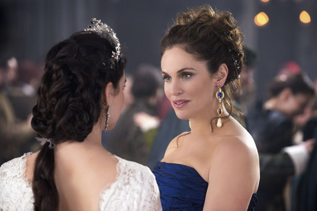 Die Hochzeit von Mary Stuart (Adelaide Kane, l.) steht kurz bevor. Ihre Mutter Marie de Guise (Amy Brenneman, r.) reist zu diesem Ereignis an und er... - Bildquelle: Christos Kalohoridis 2013 The CW Network, LLC. All rights reserved.