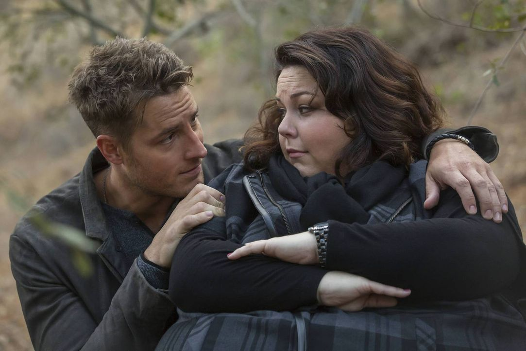 Nach dem missglückten Thanksgiving-Fest beschließen Kate (Chrissy Metz, r.), Kevin (Justin Hartley, l.) und Randall ins Ferienhaus ihrer Familie zu... - Bildquelle: Ron Batzdorff 2016-2017 Twentieth Century Fox Film Corporation.  All rights reserved.   2017 NBCUniversal Media, LLC.  All rights reserved.