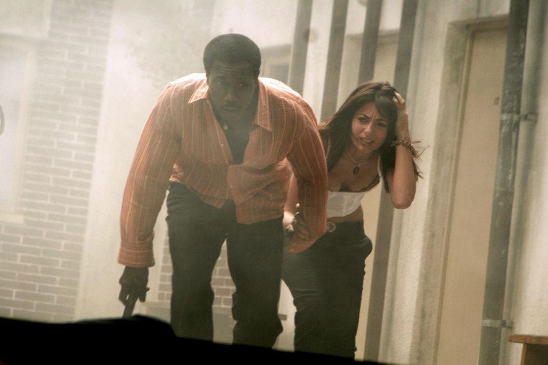 CIA-Agent Sonni Griffith (Wesley Snipes, l.) bekommt den Auftrag, Nadia (Silvia Colloca, r.) sicher aus Rumänien herauszubringen. Doch das ist viel... - Bildquelle: 2005 Micro-Fusion 2004-14 LLP. All Rights Reserved.