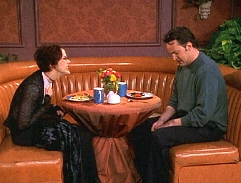 Chandler (Matthew Perry, r.) trifft sich mit der Filmproduzentin Dana (Bess Meyer, l.), um Joey zu einem Casting zu verhelfen. - Bildquelle: TM+  2000 WARNER BROS.