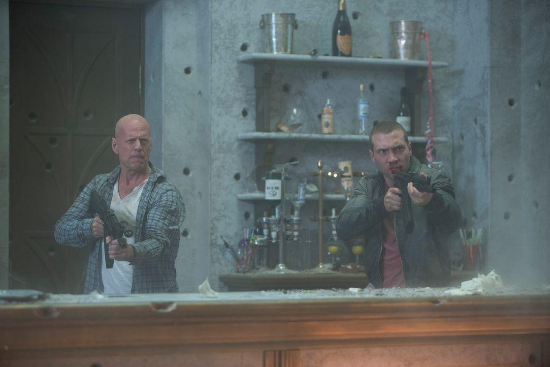 Ungewollt gerät John McClane (Bruce Willis, l.) in ein Chaos um Leben und Tod, als sich sein Sohn (Jai Courtney, r.) als CIA Agent entpuppt, der im... - Bildquelle: 2013 Twentieth Century Fox Film Corporation. All rights reserved.