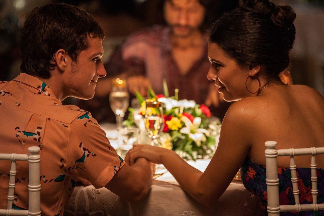 Noch glauben Nick (Josh Hutcherson, l.) und Maria (Claudia Traisac, r.), dass sie lediglich die Annehmlichkeiten des Familienunternehmens genießen k... - Bildquelle: 2014 CHAPTER 2 - NORSEAN PLUS - PARADISE LOST FILM A.I.E