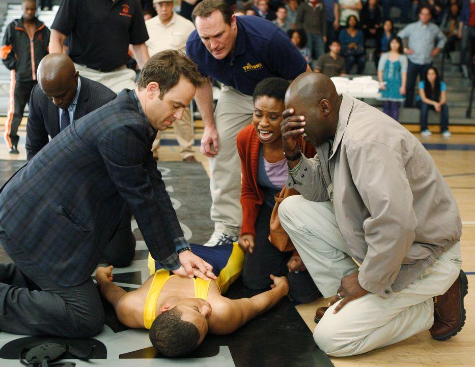 Während eines Ringkampfes erleidet Tyler (Tequan Richmond, liegend) einen Herzstillstand. Während sich seine Eltern Stacy (Adina Porter, 2.v.r.) u... - Bildquelle: ABC Studios