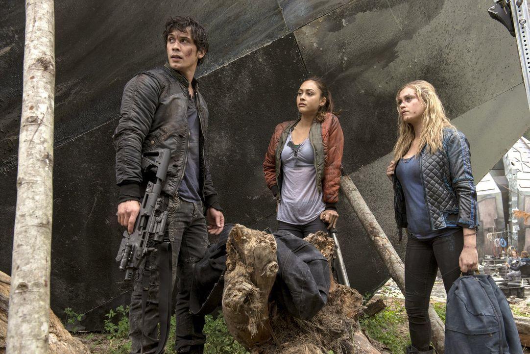 Weder Raven (Lindsey Morgan, M.) noch Clarke (Eliza Taylor, r.) wissen, zu was Finn mittlerweile geworden ist. Doch Bellamy (Bob Morley, l.) ahnt, d... - Bildquelle: 2014 Warner Brothers