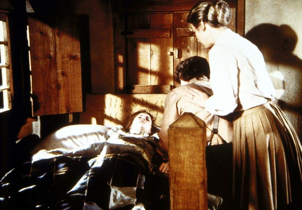 Laura Ingalls-Wilder (Melissa Gilbert, l.) ist während eines Tornados von einem Balken getroffen worden. Ihre Eltern Caroline (Karen Grassle, r.) u... - Bildquelle: Worldvision