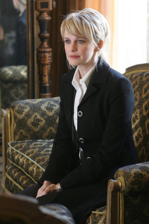 Medium shot of Kathryn Morris as Lilly Rush seated on couch. - Bildquelle: Warner Bros. Television