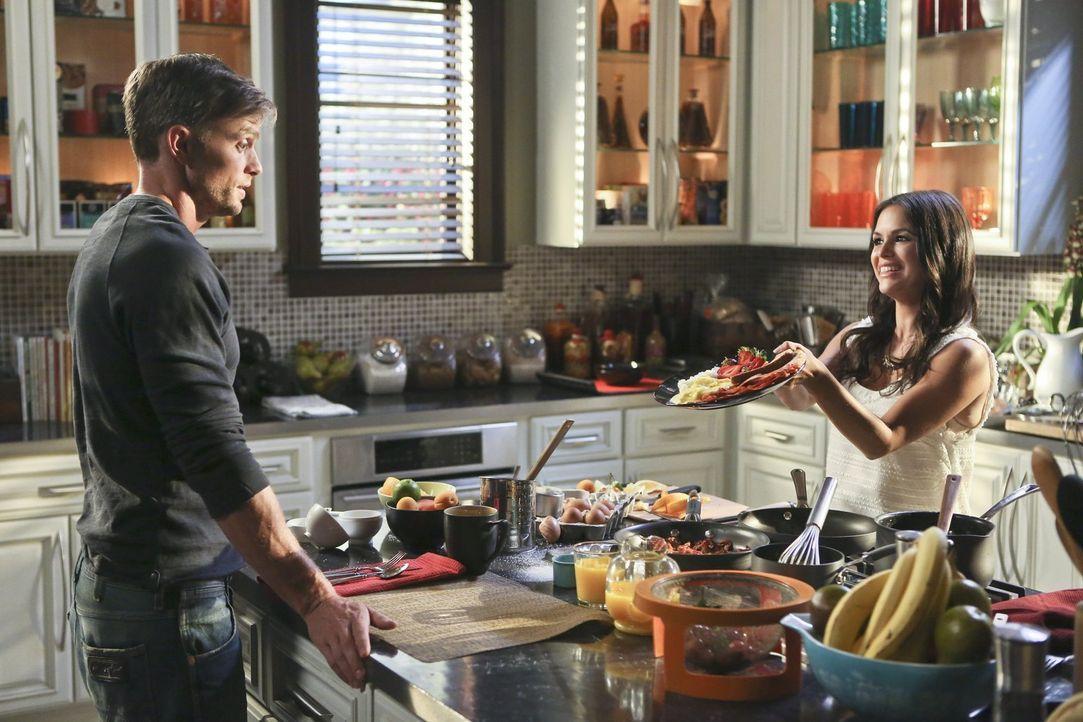 Ist tatsächlich ein selbstgemachtes Frühstück der richtige Weg, um Wade (Wilson Bethel, l.) von sich zu überzeugen? Zoe (Rachel Bilson, r.) hofft es... - Bildquelle: 2014 Warner Brothers