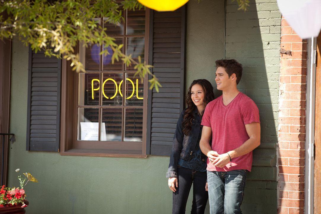 Anna (Malese Jow, l.) trifft sich nach wie vor heimlich mit Jeremy (Steven R. McQueen, r.) ... - Bildquelle: Warner Bros. Television